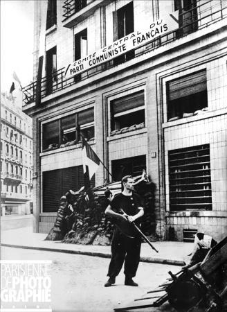Libération de Paris. Scène devant le Comité Central du Parti Communiste Français. RV-463616 © Roger-Viollet/Paris en images