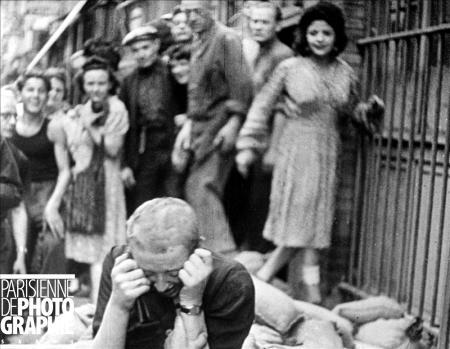 """Femme montrant ses ongles décorés du """"V"""" de la Victoire à la Libération. RV-533734 et Femme tondue à la Libération. RV-533733 © Roger-Violle/Paris en images"""