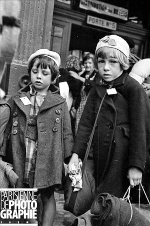Enfants évacués, arrivant à la gare d'Austerlitz. Paris, 31 août 1939. RV-880201 © Albert Harlingue / Roger-Viollet et Vendeur de semelles de caoutchouc. Paris, janvier 1941. LAP-1377 © LAPI / Roger-Viollet - Paris en images