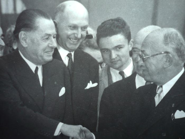 De droite à gauche, le Président Auriol, deux personnes inconnues, Alfred Asselot et Emile Mathis. Document aimablement communiqué par M. Pierre Asselot © Archives privées famille Asselot.