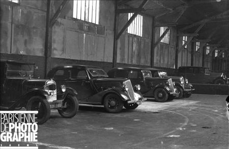 Voitures Citroën et Renault dans un garage. Paris, 1935. RV-846668 © Roger-Viollet /Paris en Images