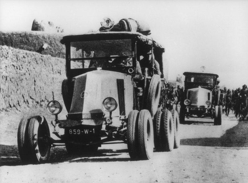 """Janvier 1924, première traversée du Sahara. Les """"6 roues"""" arrivent à Gao © Renault Histoire"""