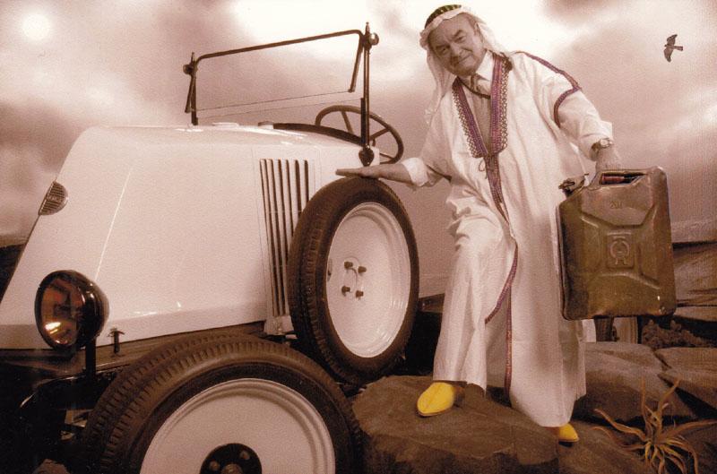 """Rétromobile 2003 : sur le stand de Renault Histoire & Collection, Claude Le Maître évoque avec humour la conquête du Sahara par les """"6 roues"""" © Archives privées Le Maître - Droits réservés"""
