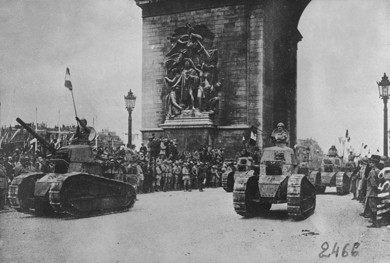 Défilé de la victoire de l'Etoile aux Champs Elysées © Renault Histoire