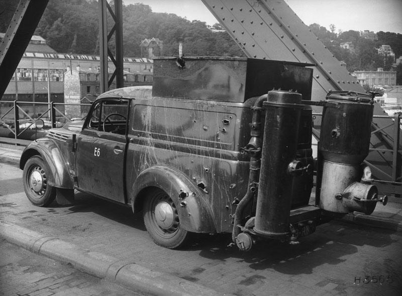 Fourgonnette Juvaquatre gazogène après un bombardement © Renault Histoire