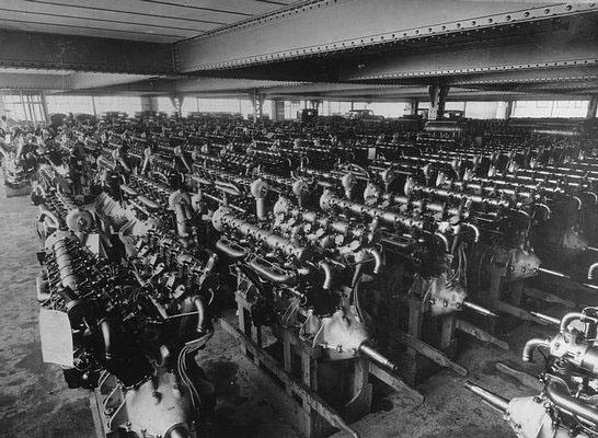 Hall de stockage des 12 cylindres de 300 cv. © Renault Histoire
