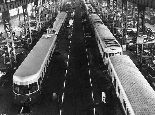 Hall de montage des automotrices sur l'île Seguin © Renault Histoire