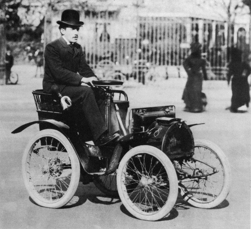 Louis Renault sur sa voiturette type A au départ de la course Paris-Rambouilletet retour le 19 octobre 1899 © Renault Histoire.