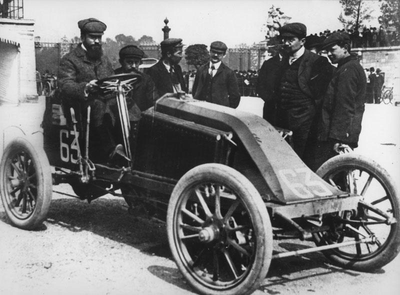 Marcel Renault au départ du Paris-Madrid © Renault Histoire