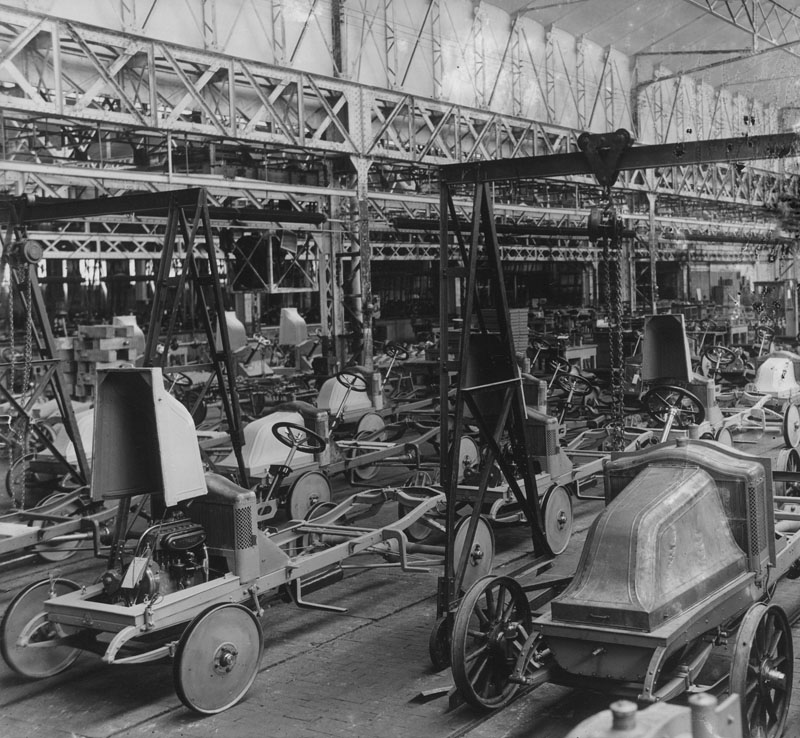 Montage à la chaîne du châssis du type GS © Renault Histoire
