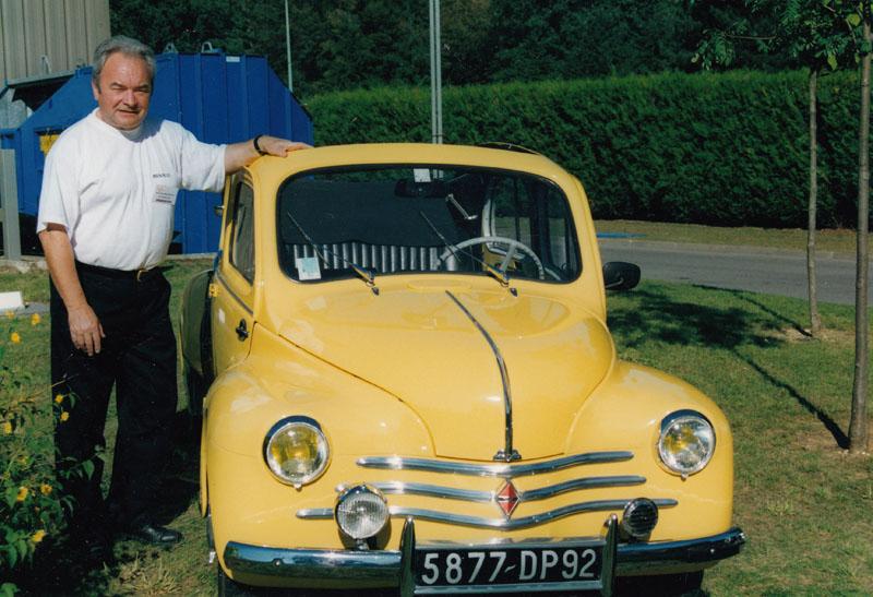 """Septembre 1998 : Claude Le Maître à côté de sa 4 cv découvrable à l'occasion de l'opération """"portes ouvertes"""" à Lardy organisée dans le cadre des 100 ans de Renault © Archives privées Le Maître - Droits réservés"""