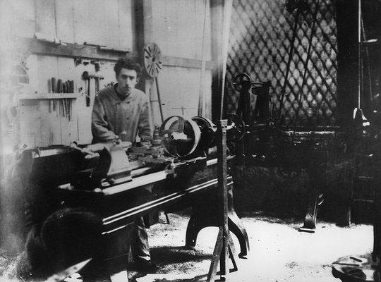 Louis Renault au travail dans son atelier © Renault Histoire