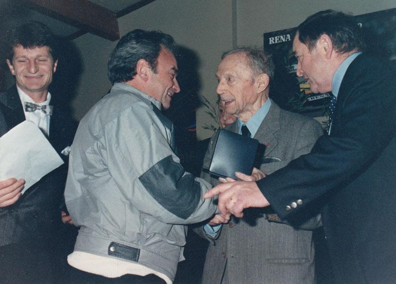 1990 : Fernand Picard (concepteur de la 4 cv - au centre) remet à Claude Le Maître (2ème en partant de la gauche) la médaille commémorative célébrant le 50ème anniversaire du démarrage de la conception de la 4 cv © Archives privées Le Maître - Droits réservés