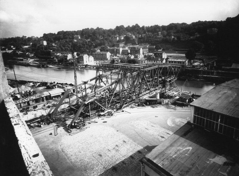 Le pont Seibert de l'île Seguin à la rive de Meudon © Renault Histoire