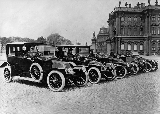 Saint-Pétersbourg, résidence de Nicolas II, les Renault dans la cour © Renault Histoire