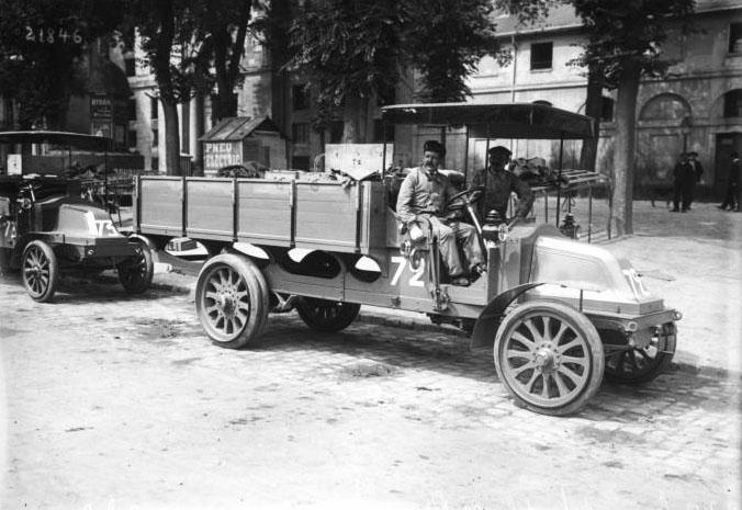 4 juillet 1912, Versailles, concours de poids lourds [organisé par le ministère de la Guerre, camion Renault] : [photographie de presse] / [Agence Rol] © BNF