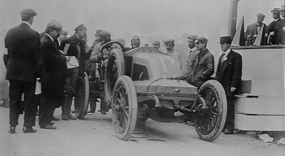 L. Strang, in Renault racing auto © Library of Congress - Washington DC