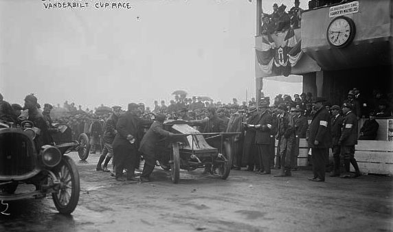 "Vanderbilt Cup Auto race, L. Strang's ""Renault"" at start won't run and is being pushed © Library of Congress - Washington DC"