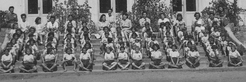 Des enfants du personnel des usines Renault au chateau de La Ragotterie - Kathleen Armstrong se trouve un peu en retrait du dernier rang, à droite, assise sur le parapet © Kathleen Crenshaw - Tous droits réservés