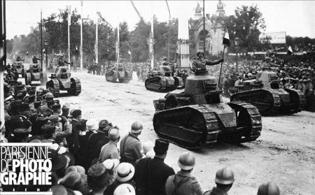 Fêtes de la Victoire. Les chars Renault défilant le 14 juillet 1919 à Paris © Roger-Viollet/Paris en Images