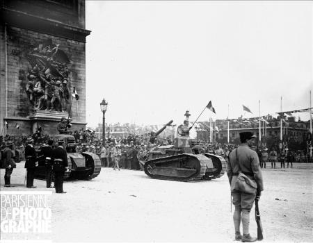Défilé des chars d'assaut Renault pour les fêtes de la Victoire à l'Arc de Triomphe. Paris, 14 juillet 1919 © Roger-Viollet/Paris en Images