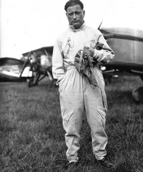 Saint-Cyr : championnats d'Europe, tourisme aérien Delmotte (portrait à 2 m) : [photographie de presse]/ Agence Meurisse (Paris) 1934 © BNF