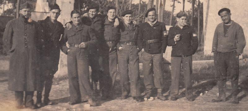 Membres du corps franc Gambetta devant Marennes - Robert Desmond est le quatrième en partant de la gauche © Archives privées Desmond - Tous droits réservés