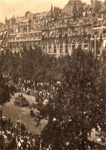 Cette photo de mauvaise qualité a été prise par Paul-Henri Détrie sur la terrasse des Chams Elysées, le 25 août 1944, alors qu'il se trouvait à côté de Louis Renault. © Paul-Henri Détrie