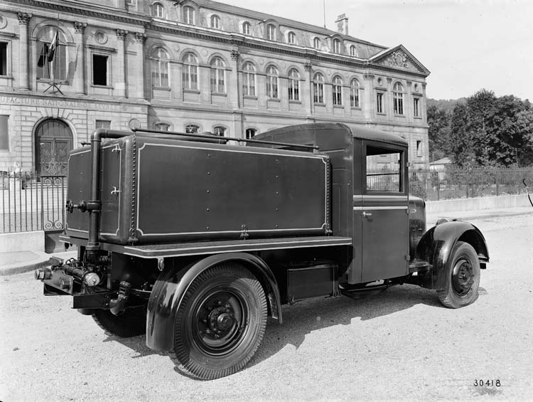 Figure 102 : Camion-citerne arroseuse Renault - 1934 © Renault communication / PHOTOGRAPHE INCONNU (PHOTOGRAPHER UNKNOWN) DROITS RESERVES