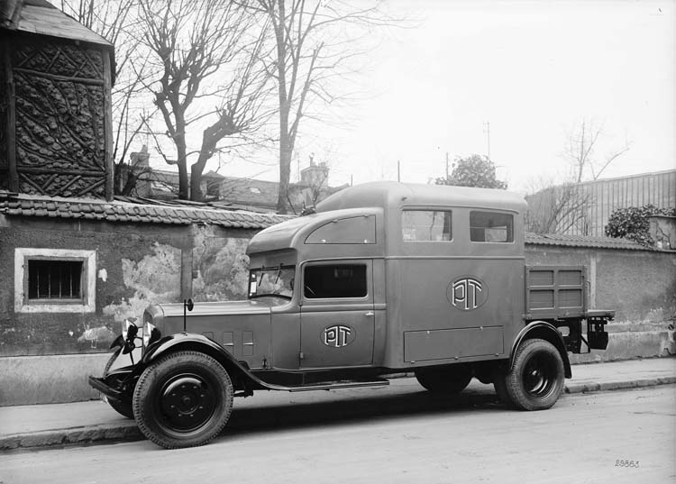 Figure 104 : Fourgon PTT Renault 15 cv - 1934 © Renault communication / PHOTOGRAPHE INCONNU (PHOTOGRAPHER UNKNOWN) DROITS RESERVES