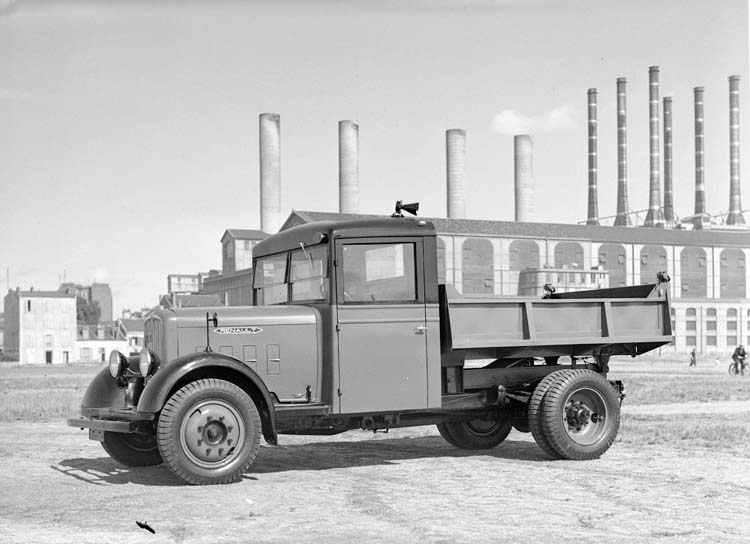 Figure 107 : Camion-benne Renault type ZY 70 cv 3.5 tonnes en 1935 © Renault communication / PHOTOGRAPHE INCONNU (PHOTOGRAPHER UNKNOWN) DROITS RESERVES