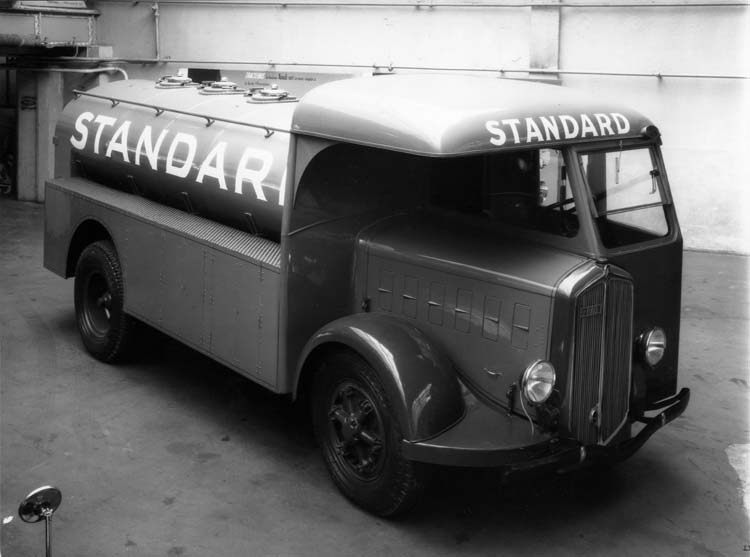 Figure 109 : Camion-citerne Renault demi-cabine avancée type ABF 85 cv 5 tonnes 1935 © Renault communication / PHOTOGRAPHE INCONNU (PHOTOGRAPHER UNKNOWN) DROITS RESERVES