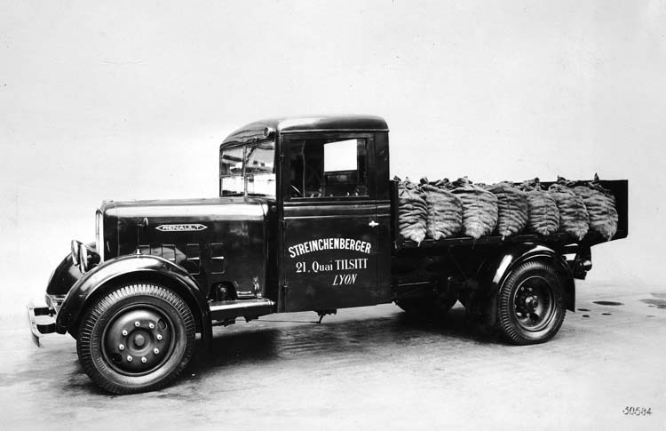 Camion Renault plateau charbonnier type ZF 70 cv 4.5 tonnes - 1935 © Renault communication / PHOTOGRAPHE INCONNU (PHOTOGRAPHER UNKNOWN) DROITS RESERVES