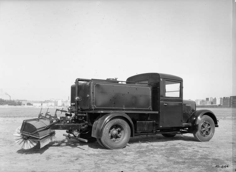 Figure 113 : Arroseuse-balayeuse Renault type YF court 70 cv 3.5 tonnes 1935 © Renault communication / PHOTOGRAPHE INCONNU (PHOTOGRAPHER UNKNOWN) DROITS RESERVES