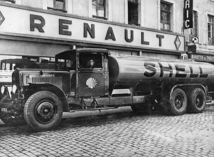 Figure 115 : Camion-citerne Renault type ZFD 130 cv 18 tonnes - 1935 © Renault communication / PHOTOGRAPHE INCONNU (PHOTOGRAPHER UNKNOWN) DROITS RESERVES