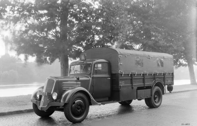 Figure 122 : Camion léger bâché Renault type ADR 65 cv 3.5 tonnes - 1936 © Renault communication / PHOTOGRAPHE INCONNU (PHOTOGRAPHER UNKNOWN) DROITS RESERVES