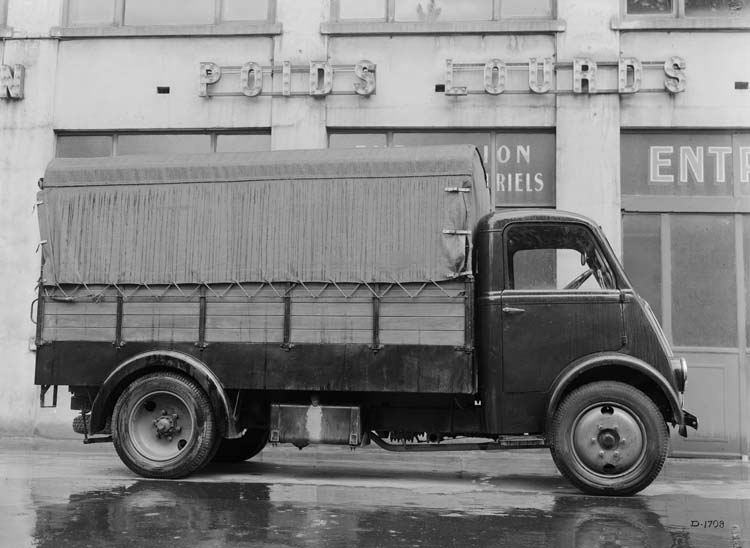 Figure 124 : Camion Renault plateau bâché type AEV 48 cv 1.5 tonnes - 1936 © Renault communication / PHOTOGRAPHE INCONNU (PHOTOGRAPHER UNKNOWN) DROITS RESERVES