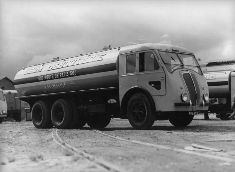 Camion Renault plateau bâché type AEV 48 cv 1.5 tonnes - 1936 © Renault communication / PHOTOGRAPHE INCONNU (PHOTOGRAPHER UNKNOWN) DROITS RESERVES