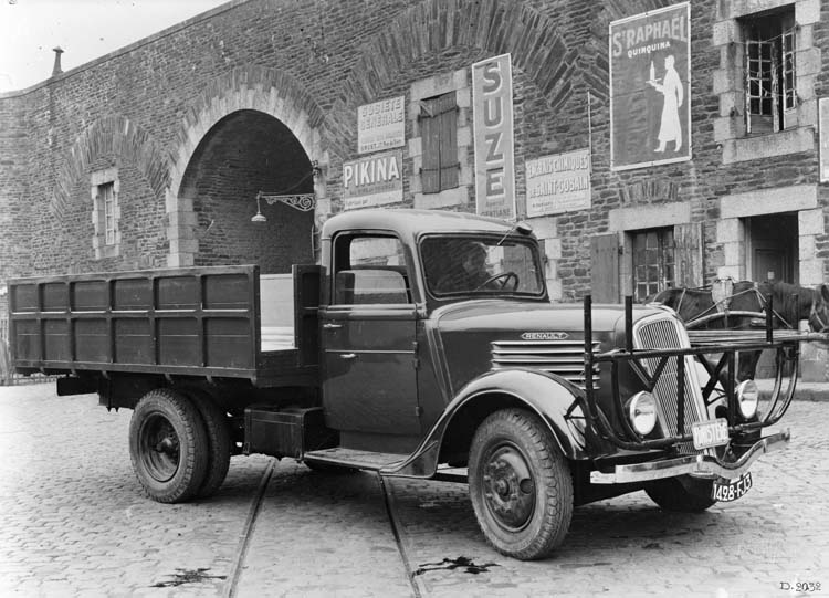 Camion plateau porte fers Renault type AGF - 1937 © Renault communication / PHOTOGRAPHE INCONNU (PHOTOGRAPHER UNKNOWN) DROITS RESERVES