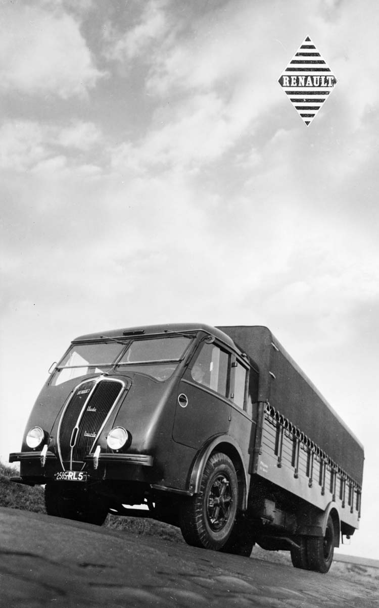 Figure 140 : Camion plateau bâché Renault type AGOD 130 cv 6 tonnes - 1938 © Renault communication / PHOTOGRAPHE INCONNU (PHOTOGRAPHER UNKNOWN) DROITS RESERVES