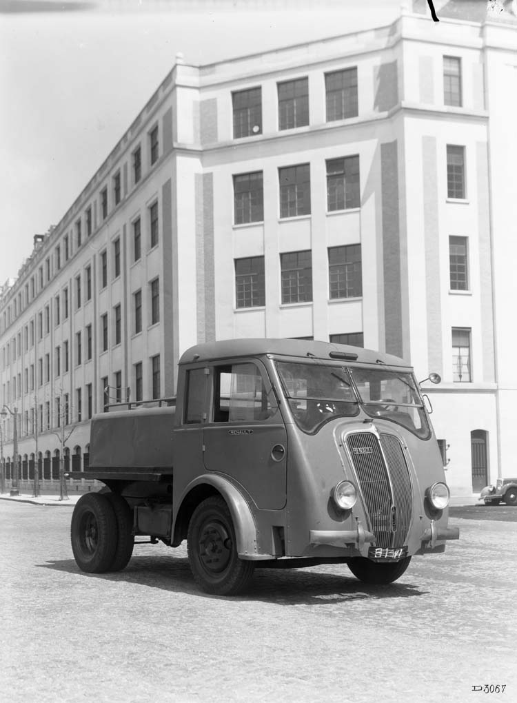 Figure 142 : Arroseuse Renault type AGP 65 cv 3 tonnes 1939 © Renault communication / PHOTOGRAPHE INCONNU (PHOTOGRAPHER UNKNOWN) DROITS RESERVES