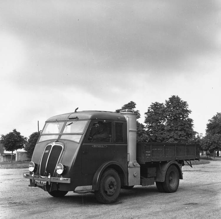 Figure 143 : Camion gazogène Renault type AHDH - 1939 © Renault communication / PHOTOGRAPHE INCONNU (PHOTOGRAPHER UNKNOWN) DROITS RESERVES