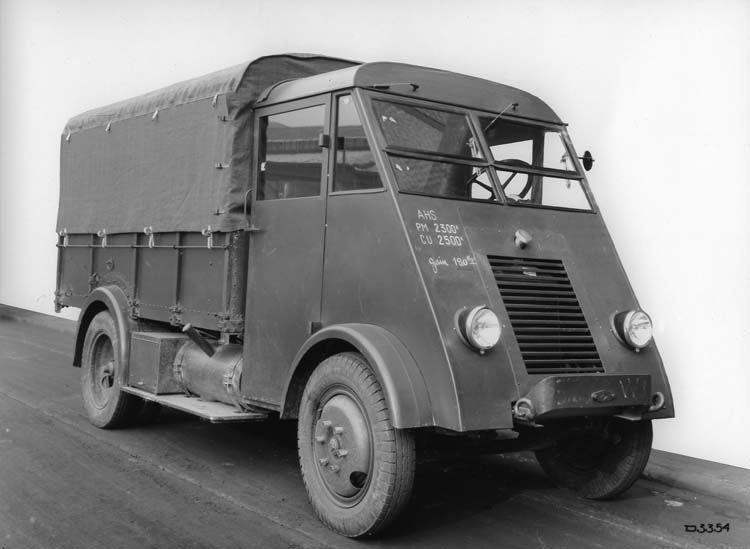 Fiure 145 : Camion plateau bâché Renault type AHS 50 cv 2 tonnes - 1939 © Renault communication / PHOTOGRAPHE INCONNU (PHOTOGRAPHER UNKNOWN) DROITS RESERVES