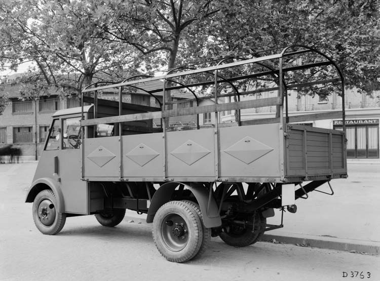 Figure 150 : Camion léger Renault type AHS 50 cv 2 tonnes - 1940 © Renault communication / PHOTOGRAPHE INCONNU (PHOTOGRAPHER UNKNOWN) DROITS RESERVES