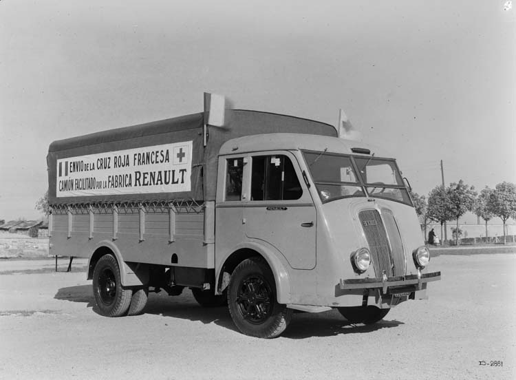 Figure 151 : Camion plateau bâché Renault type AGR 65 cv 4.5 tonnes - 1940 © Renault communication / PHOTOGRAPHE INCONNU (PHOTOGRAPHER UNKNOWN) DROITS RESERVES
