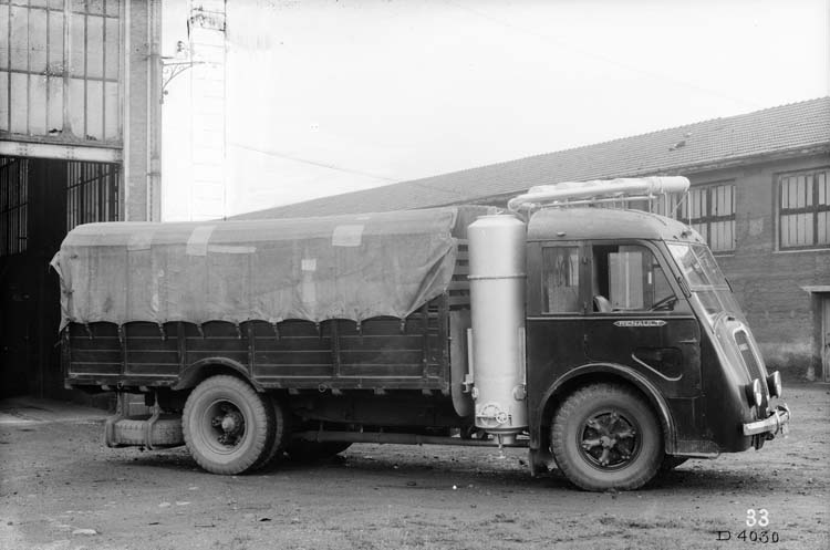 Figure 152 : Camion plateau bâché gazogène Renault type AGR 65 cv 4.5 tonnes - 1940 © Renault communication / PHOTOGRAPHE INCONNU (PHOTOGRAPHER UNKNOWN) DROITS RESERVES
