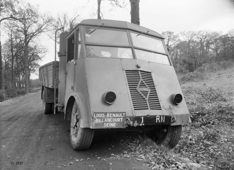 Figure 157 : Camion léger gazogène Renault type AHRH - 1942 © Renault communication / PHOTOGRAPHE INCONNU (PHOTOGRAPHER UNKNOWN) DROITS RESERVES