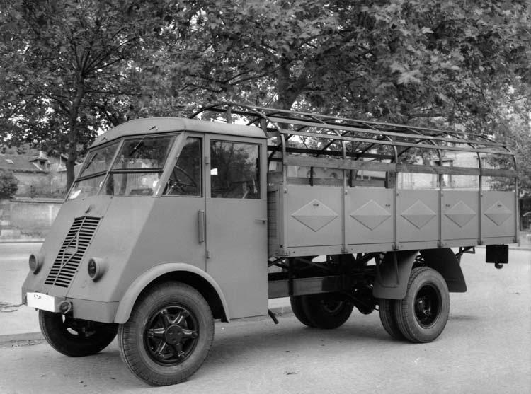 Figure 158 : Camion léger plateau ridelles métalliques Renault type AHS 50 cv 2 tonnes 1942 © Renault communication / PHOTOGRAPHE INCONNU (PHOTOGRAPHER UNKNOWN) DROITS RESERVES
