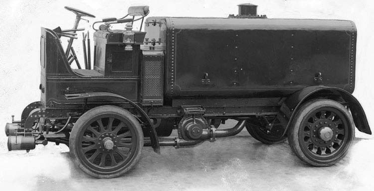 Camion Renault cabine avancée 14 cv 3 tonnes  citerne 1911 © Renault communication / PHOTOGRAPHE INCONNU (PHOTOGRAPHER UNKNOWN) DROITS RESERVES