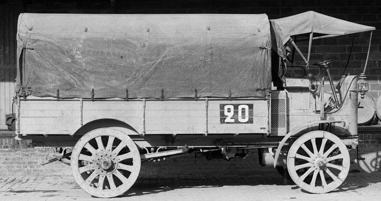 Figure 18 : Camion Renault cabine avancée type CA 14 cv 3 tonnes plateau bâché 1911 © Renault communication / PHOTOGRAPHE INCONNU (PHOTOGRAPHER UNKNOWN) DROITS RESERVES